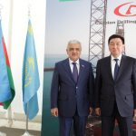«КазМунайГаз» передал Азербайджану морскую буровую платформу