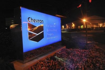 Chevron, qui a annoncé lundi la vente à un groupe koweïtien de 30% d'un gisement canadien dans le cadre d'un accord d'un montant global de 1,5 milliard de dollars, à suivre lundi sur les marchés américains. /Photo d'archives/REUTERS/Susana Bates