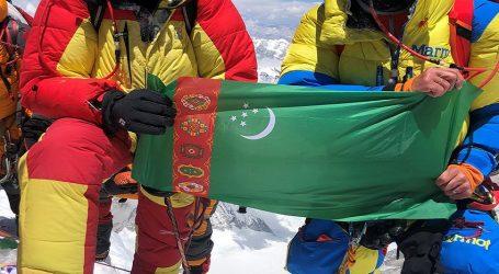 Сотрудники «Моринжгеология» подняли  флаг Туркменистана на Эверест