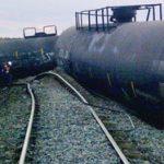ABŞ-da yük qatarı aşıb, 870 min litr neft yola dağılıb