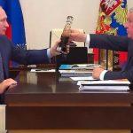 Сечин подарил Путину бутылку «лучшей в мире нефти»
