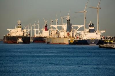 Neft tankerləri yüksək neft qiymətləri ümidi ilə Rotterdam limanına yığışıblar