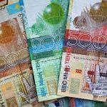 Казахстан девальвировал валюту вслед за обесценением рубля